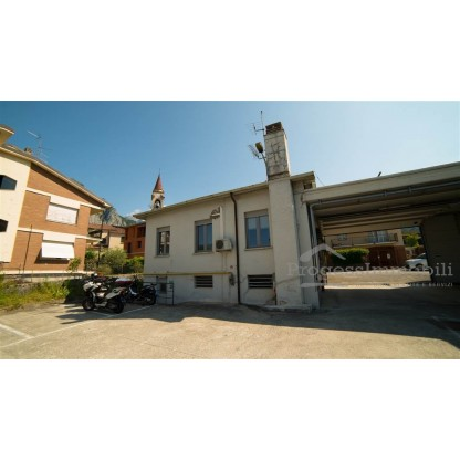 Ufficio con posti auto e terreno di proprietà in Lecco fraz. Olate